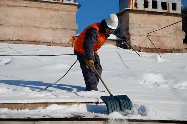 Чистка снега с крыш техника